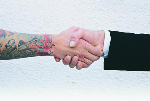 Tatuagem e piercing X ambiente de trabalho: como lidar?