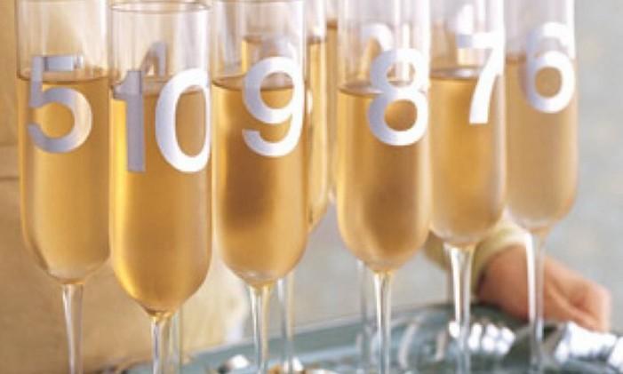 silvester-party-deko-tolle-ideen-bezifferte-champagne-glaser