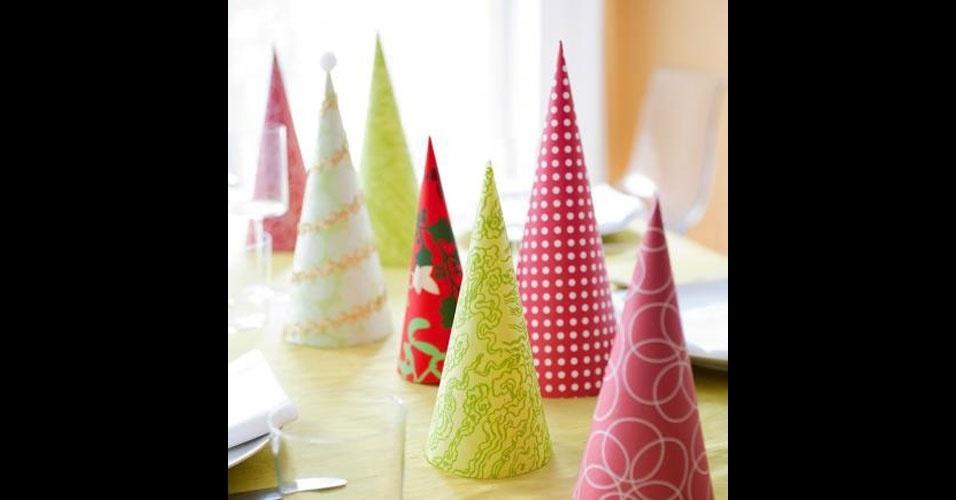 24-distribua-pela-mesa-cones-de-papel-decorados-com-tecidos-coloridos-e-tera-o-efeito-de-diversas-pequenas-arvores-1450791106467_956x50